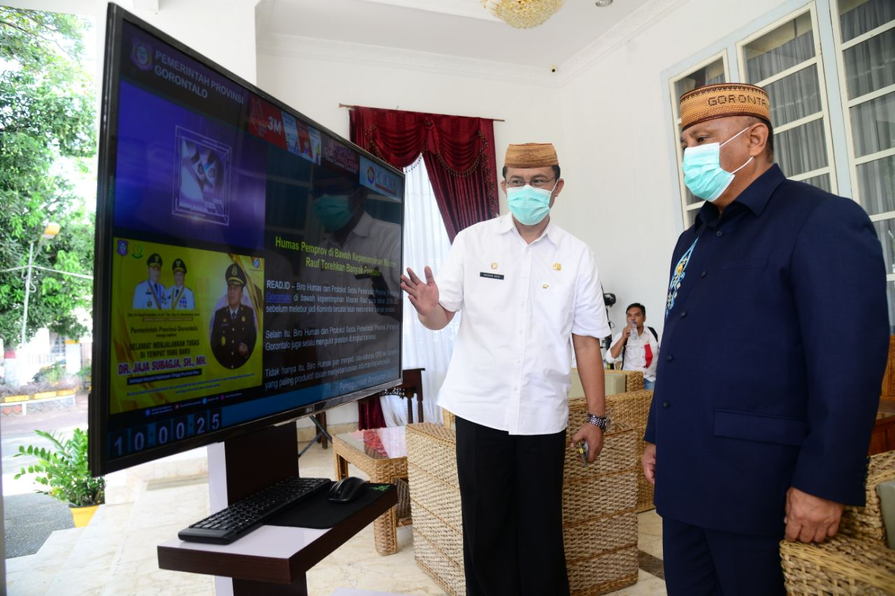 Masran Rauf saat menunjukan aplikasi displai kepada Gubernur Gorontalo Rusli Habibie di depan rumah jabatan gubernur, Rabu (17/2/2021).
